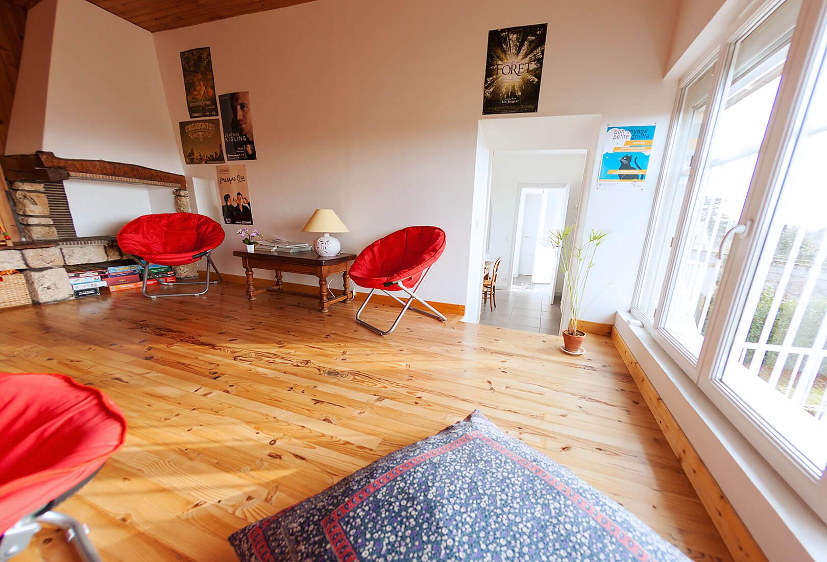 Salon chaleureux et lumineux : Dombes et beaujolais lescale chambres dhôtes trévoux 01